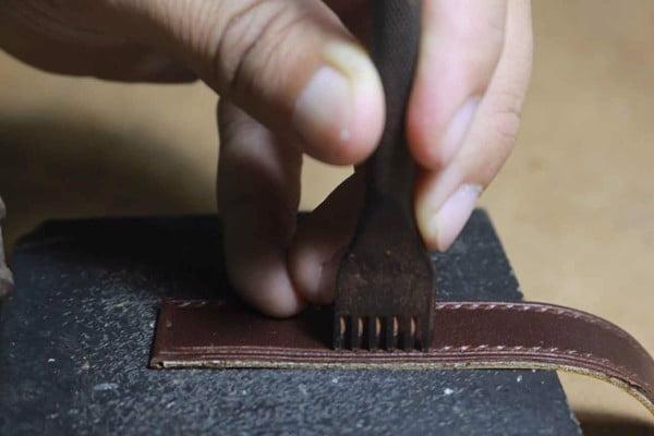 Đục lỗ trên mép dây giúp việc dán và may các lớp trở nên dễ dàng hơn