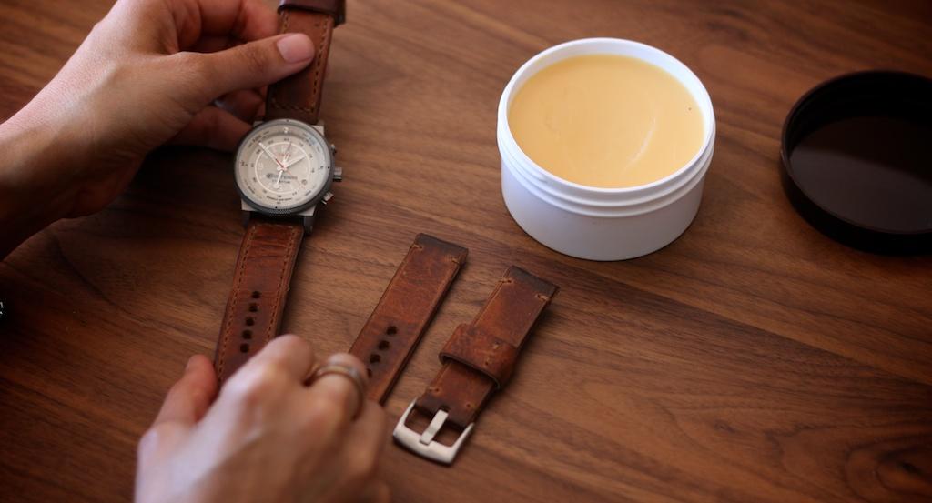 Vệ sinh dây da apple watch